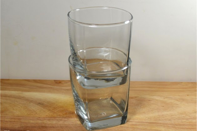A little household tip that will easily separate drinking glasses and keep them from breaking.